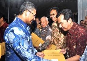 Penghargaan Walikota kpd Kepala SMPN 7 Bogor
